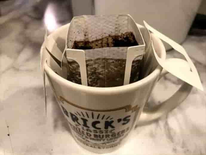 ドリップコーヒーにMCTオイルを入れてかき混ぜる