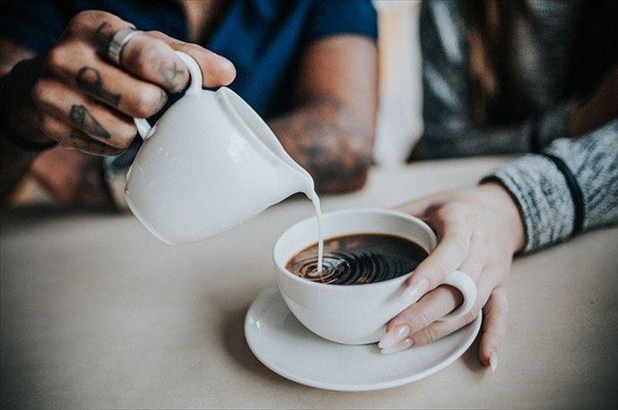 はちみつコーヒーに牛乳を入れる