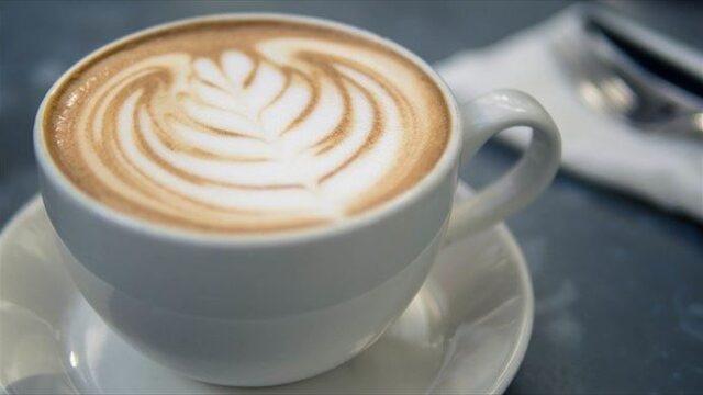 コーヒーに砂糖の代わりに蜂蜜と牛乳を入れる美味しい「はちみつコーヒー」